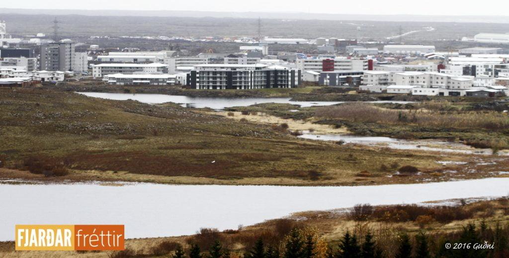 Séð yfir Ástjörn að Völlum