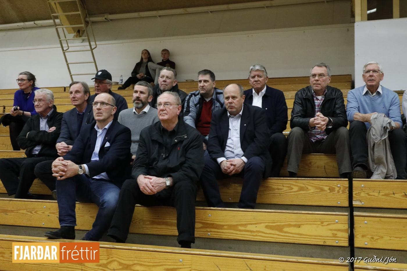 Gamlir meistarflokksmenn FH frá vinstri: Ragnar Jónsson, Guðmundur Árni Stefánsson, Tryggvi Harðarson, Guðmundur Magnússon, Janus Guðlaugsson, Ólafur Einarsson, Geir Hallsteinsson, Ólafur Guðjónsson, Viðar Halldórsson formaður FH, Þórarinn Ragnarsson, Sæmundur Stefánsson og Viðar Símonarson